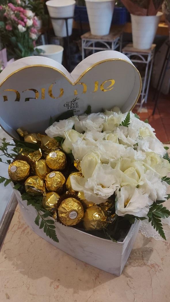 מארז לב פרחים טבעיים ושוקולד